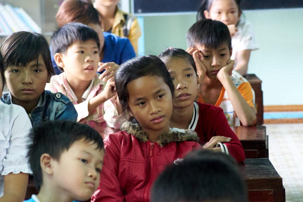 Un groupe d'enfants en classe, dans une école soutenue par AVE.