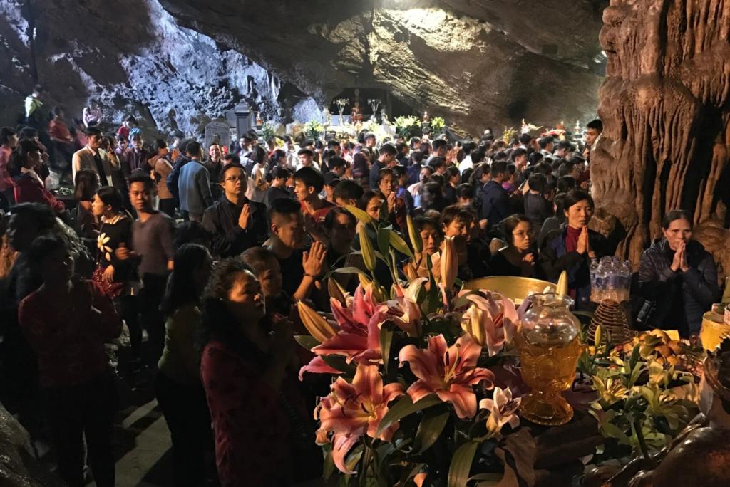 Foule à la pagode lors de la fête du Têt