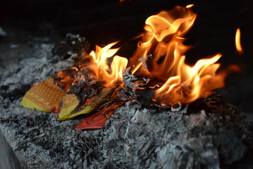 Argent que l'on brûle pour l'envoyer aux ancêtres
